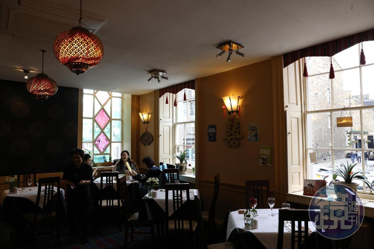 金龍閣的用餐空間乾淨舒適,服務親切。