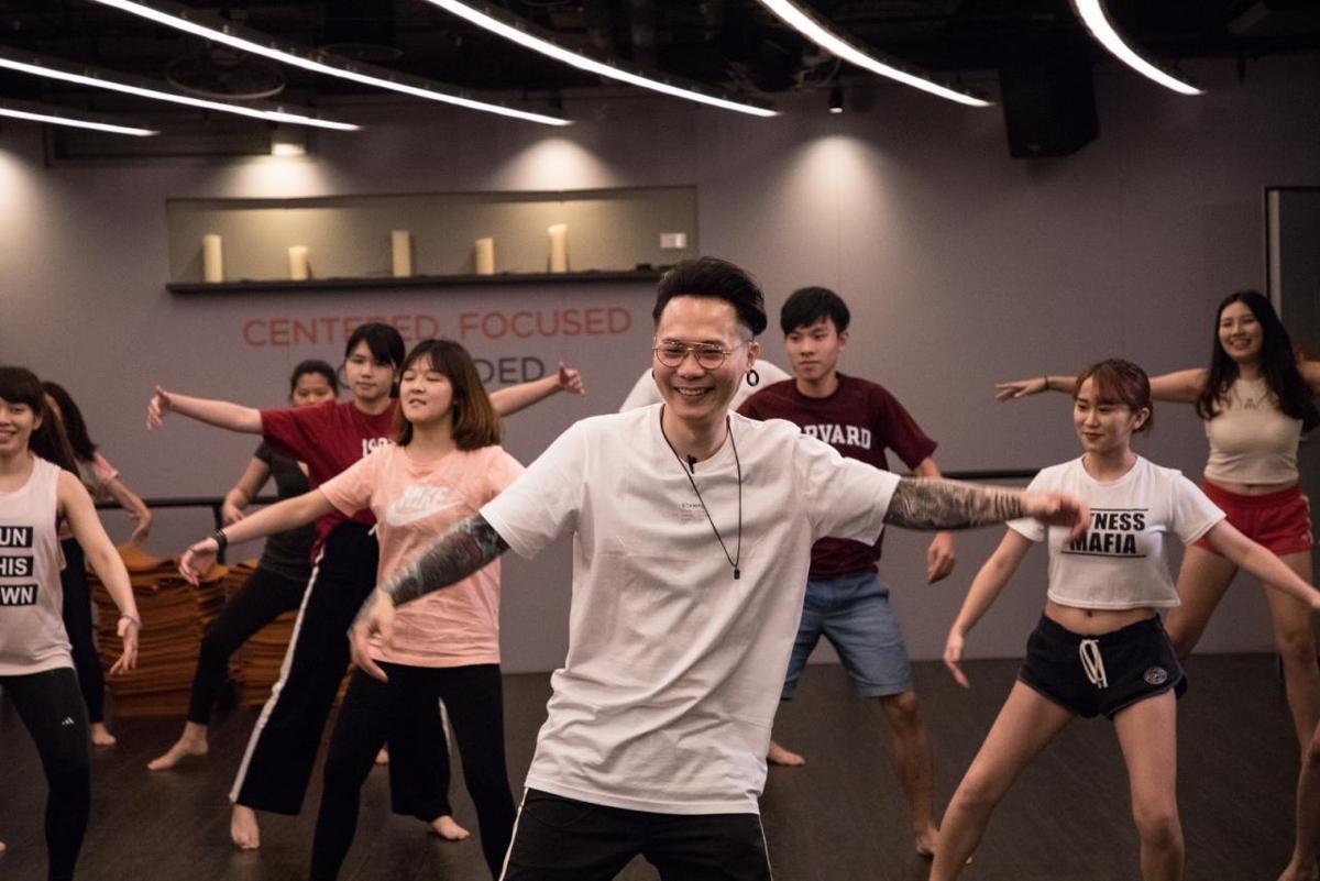 兩年沒運動的蕭秉治做瑜珈跟不上節奏,連自己都噴笑。(KKBOX提供)