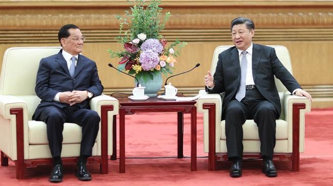 前國民黨主席連戰在北京人民大會堂,與中共總書記習近平進行「連習會」。(翻攝自新華網)