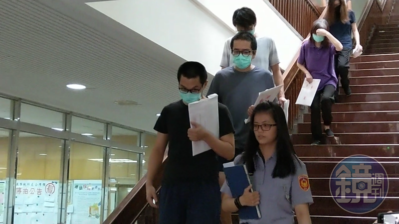 台北市中山警分局收賄包庇酒店,曾紀勳等3員警與業者巫蕙玲、胡錦蓮認罪後獲交保,均戴口罩離開法院。