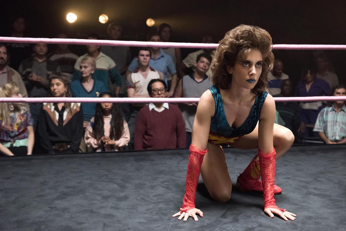 《華麗女子摔角聯盟》也是時空設定在80年代,借古諷今討論女權的地位與演變,延伸對少數族群的關心。(Netflix提供)