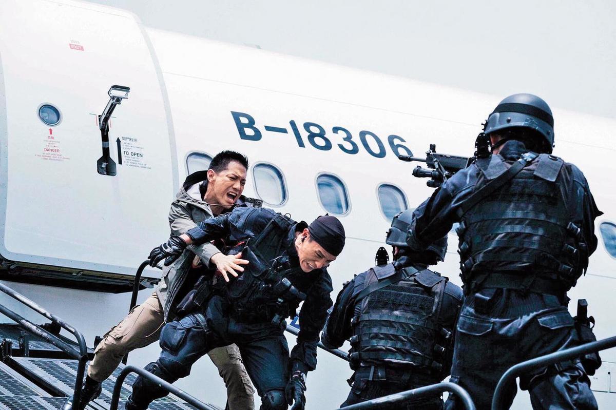 在國軍形象劇《最好的選擇》中,李信恩(左)演反派軍火販子,獲得不少注意。(翻攝自李信恩臉書)