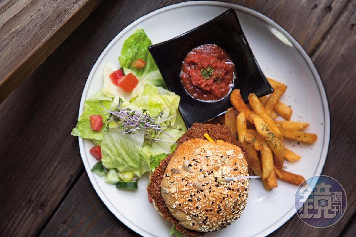 「SOUR R. VEGAN CAFÉ」裡的 「靈魂樂活堡」, 看起來像是一般牛肉堡,但其實是由大豆和香菇頭做成的全素漢堡。(380元╱份)