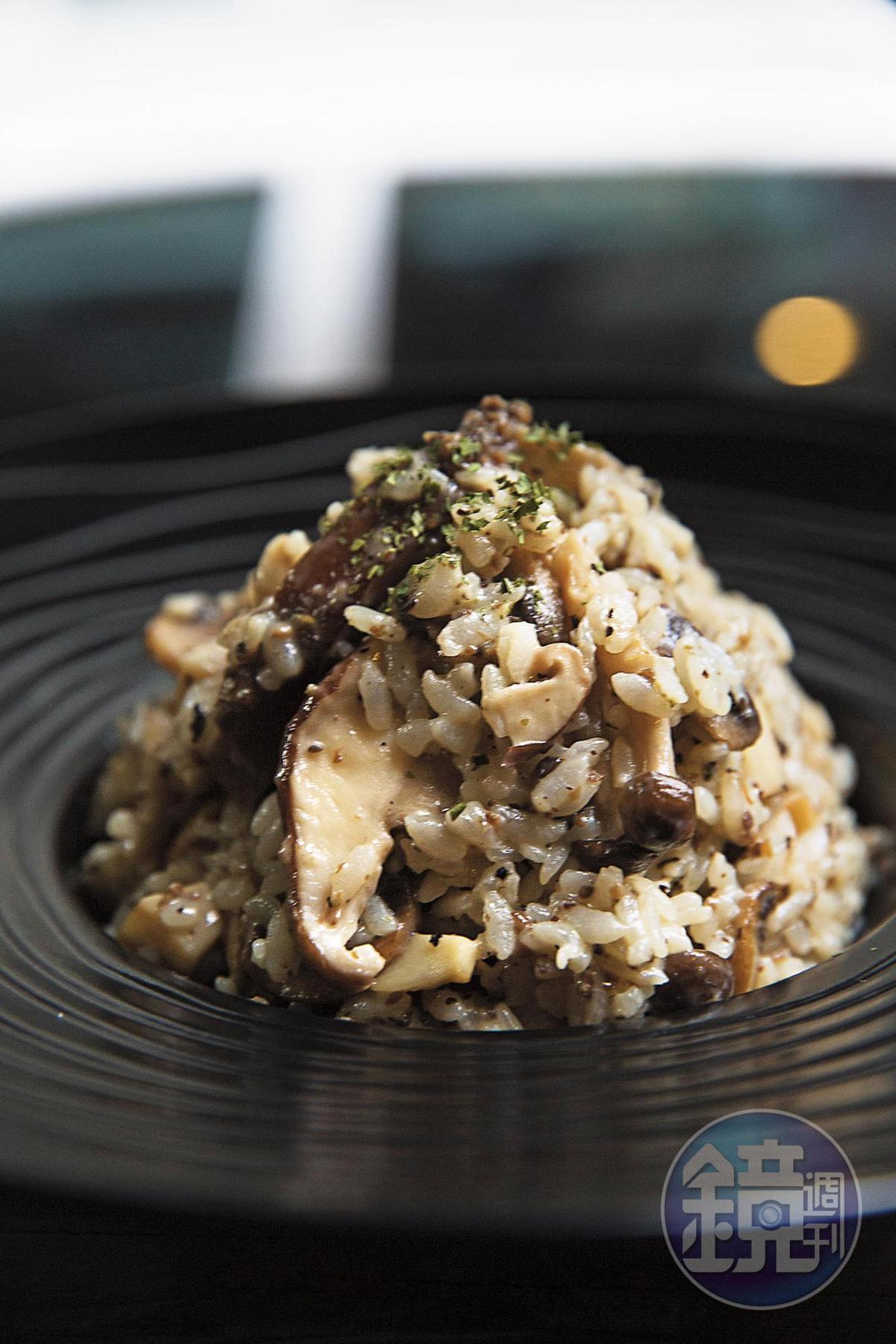 隋玲最喜歡「黑松露野菇燉飯」,松露香氣四溢搭配軟硬適中的香菇,每一口都充滿層次感。(380元╱份)