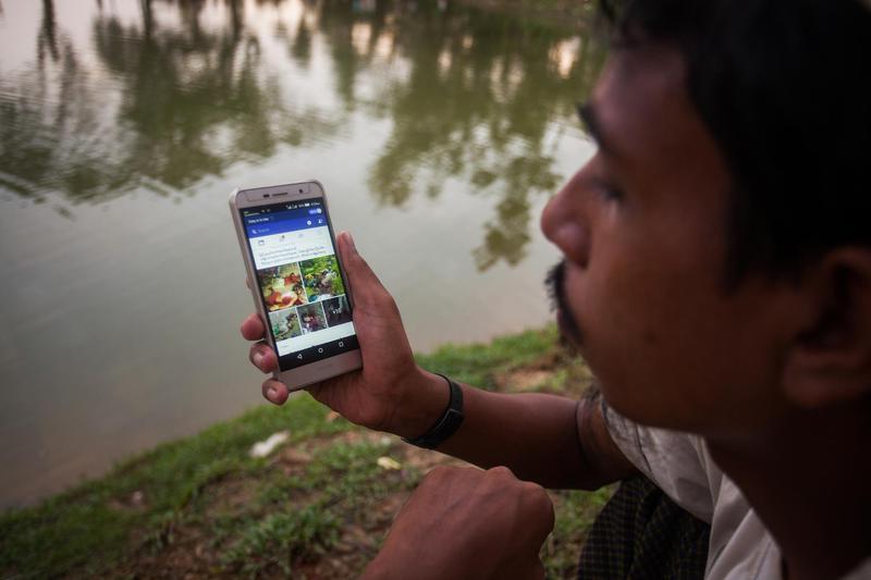 一名羅興亞難民從緬甸進入孟加拉之後,在難民營以手機查看臉書內容。(東方IC)
