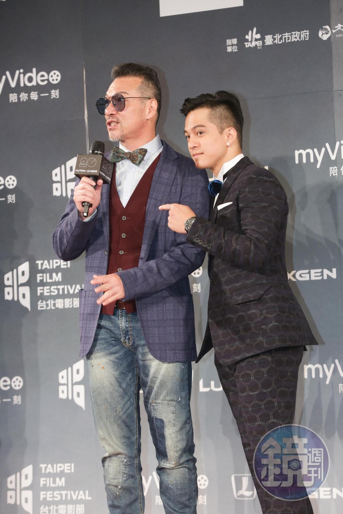 黃仲崑與兒子黃遠難得在頒獎典禮上同台亮相。