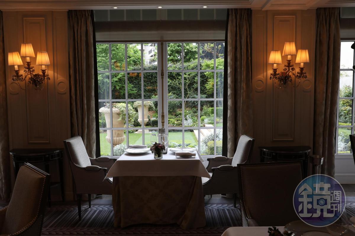 夏令時間的巴黎,晚上9點才天黑,「L'Abeille」的窗外便是庭院,綠意盎然。