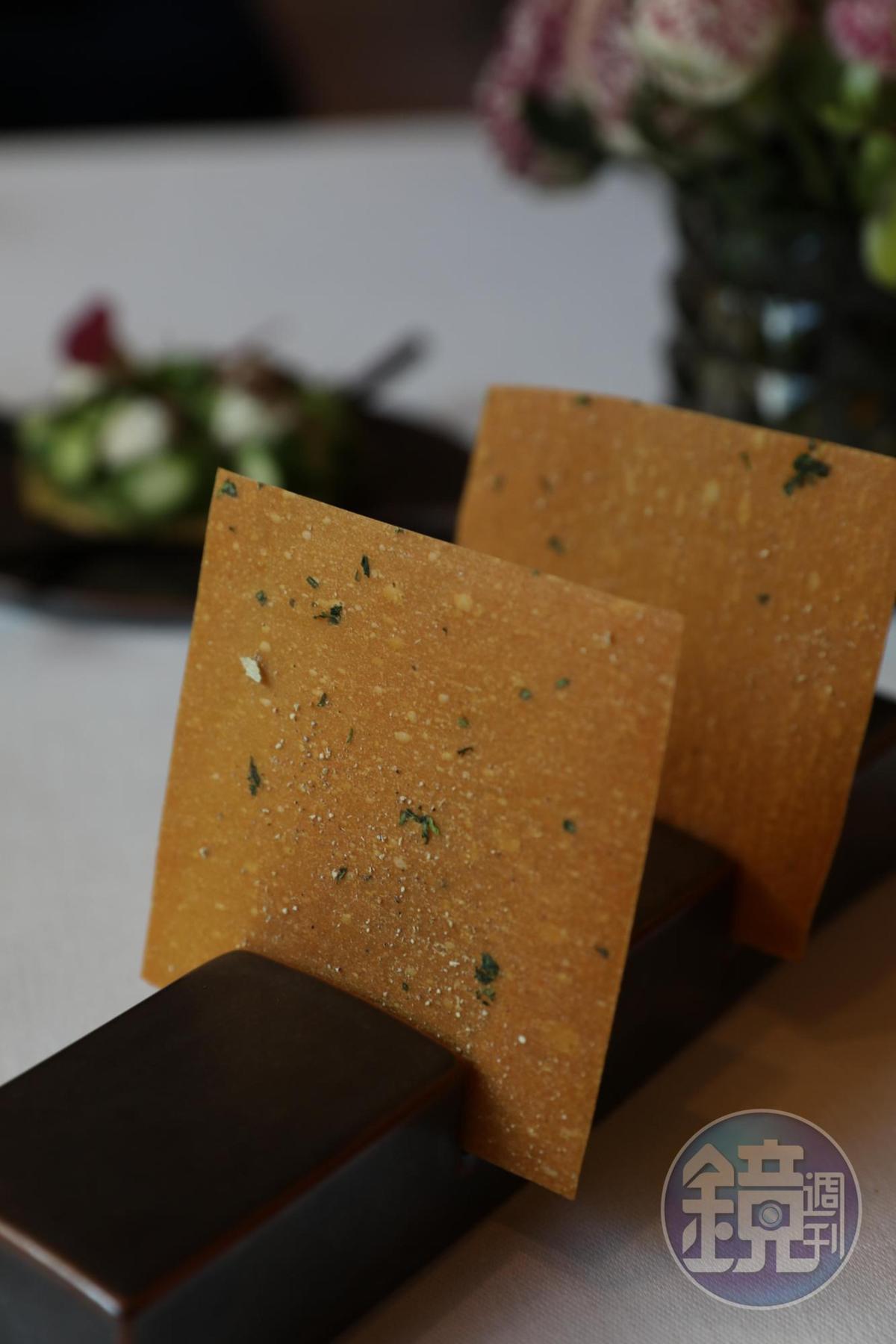 開胃小點之一的脆餅,隱藏著酸香檸檬味。(Tasting Menu菜色)