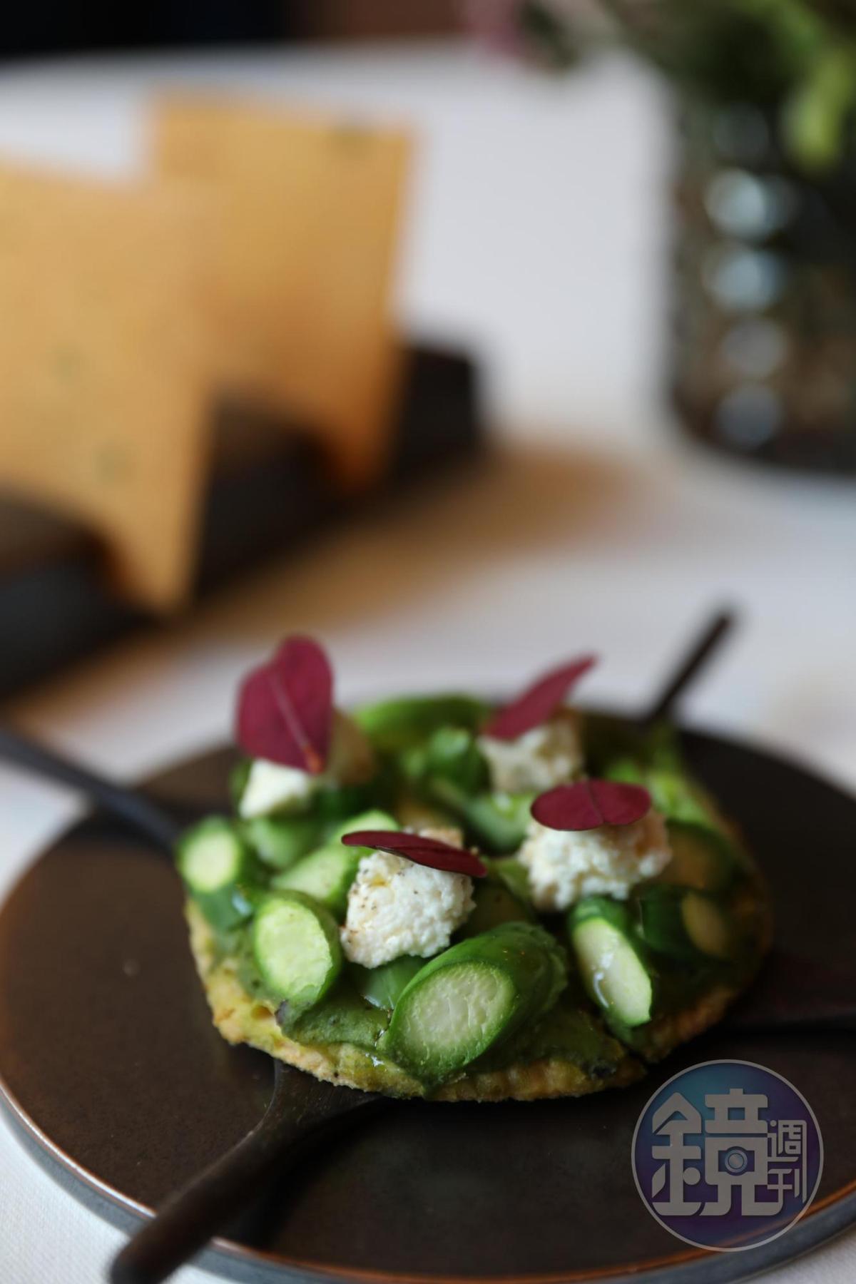 當令的蘆筍與起司構成美味的開胃小點。(Tasting Menu菜色)