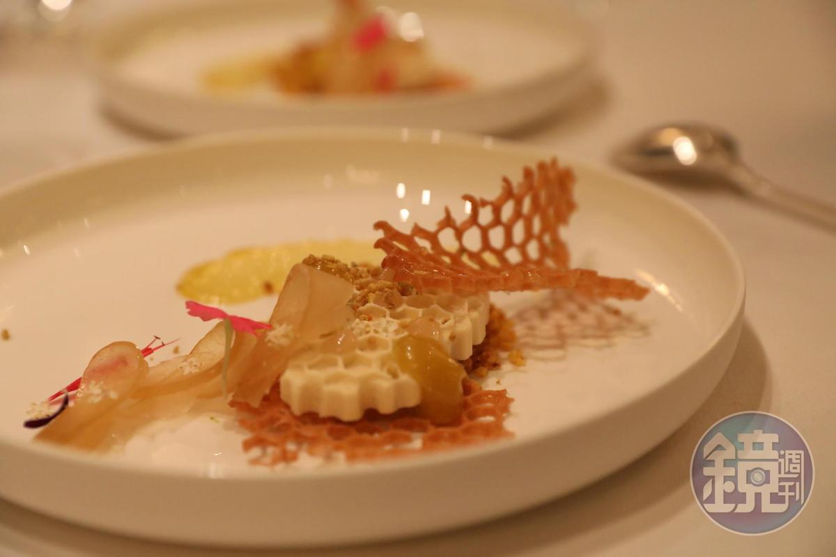 甜點是做成蜂巢造型的科西嘉蜂蜜凝霜檸檬。(Tasting Menu菜色)