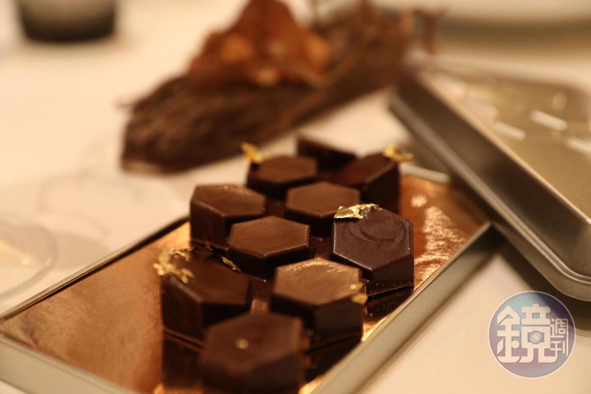 製成蜂巢模樣的榛果巧克力是甜點之一。(Tasting Menu菜色)