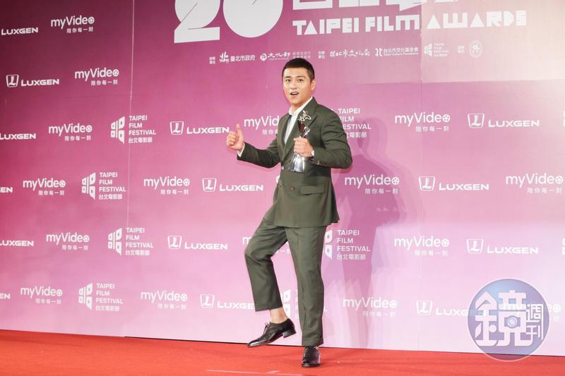 鄭人碩獲男配角獎,手舞足蹈分享他的喜悅。