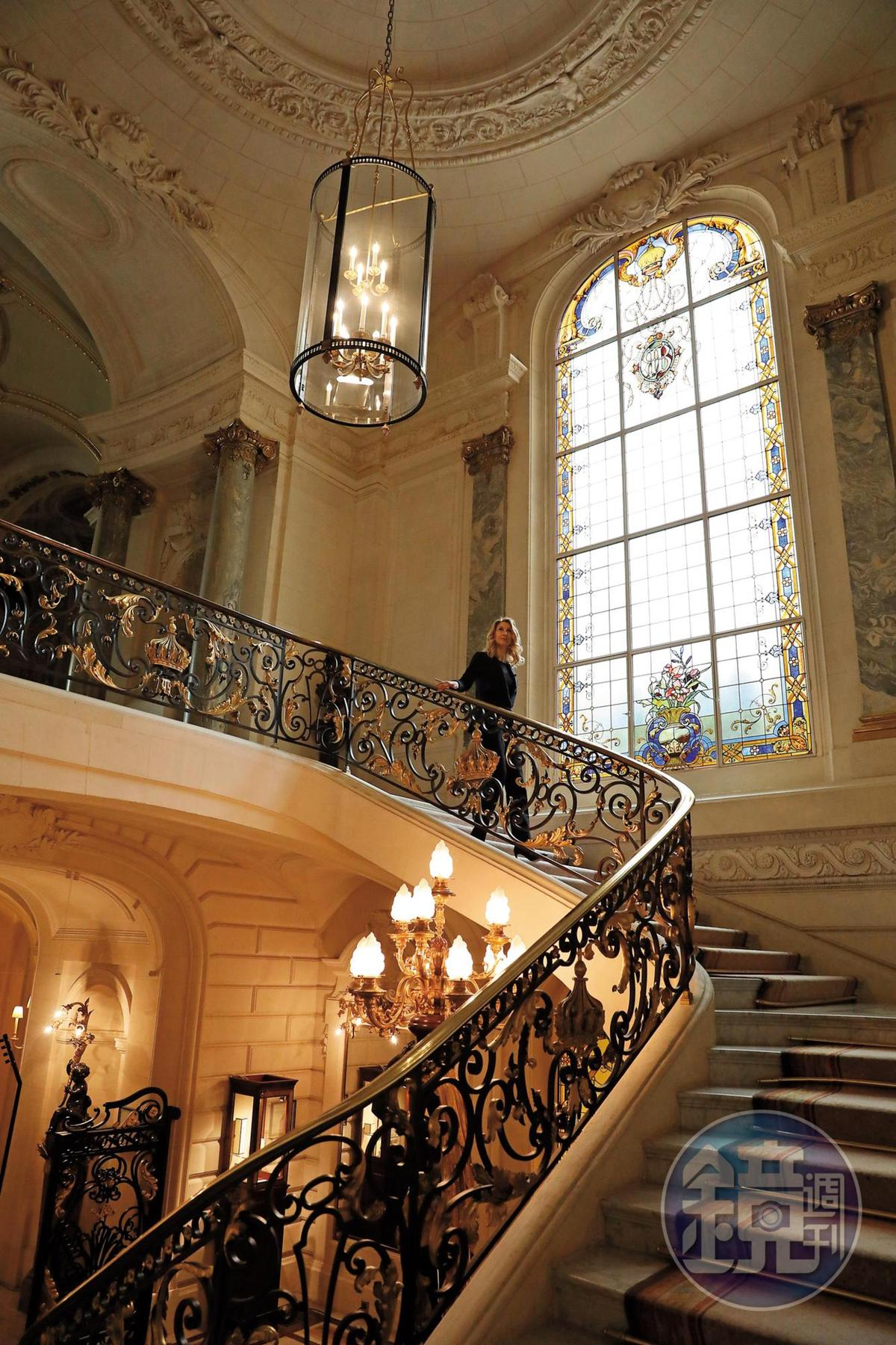 這座以鑲金皇冠為裝飾的迴旋梯,是巴黎香格里拉最經典的角落。