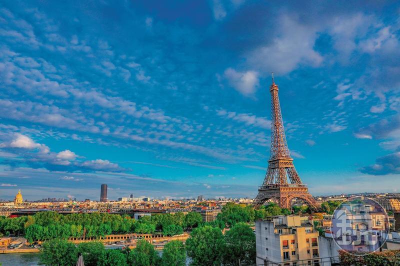 從「巴黎香格里拉大酒店」看出去,艾菲爾鐵塔像一幅嵌在窗框中的風景畫。