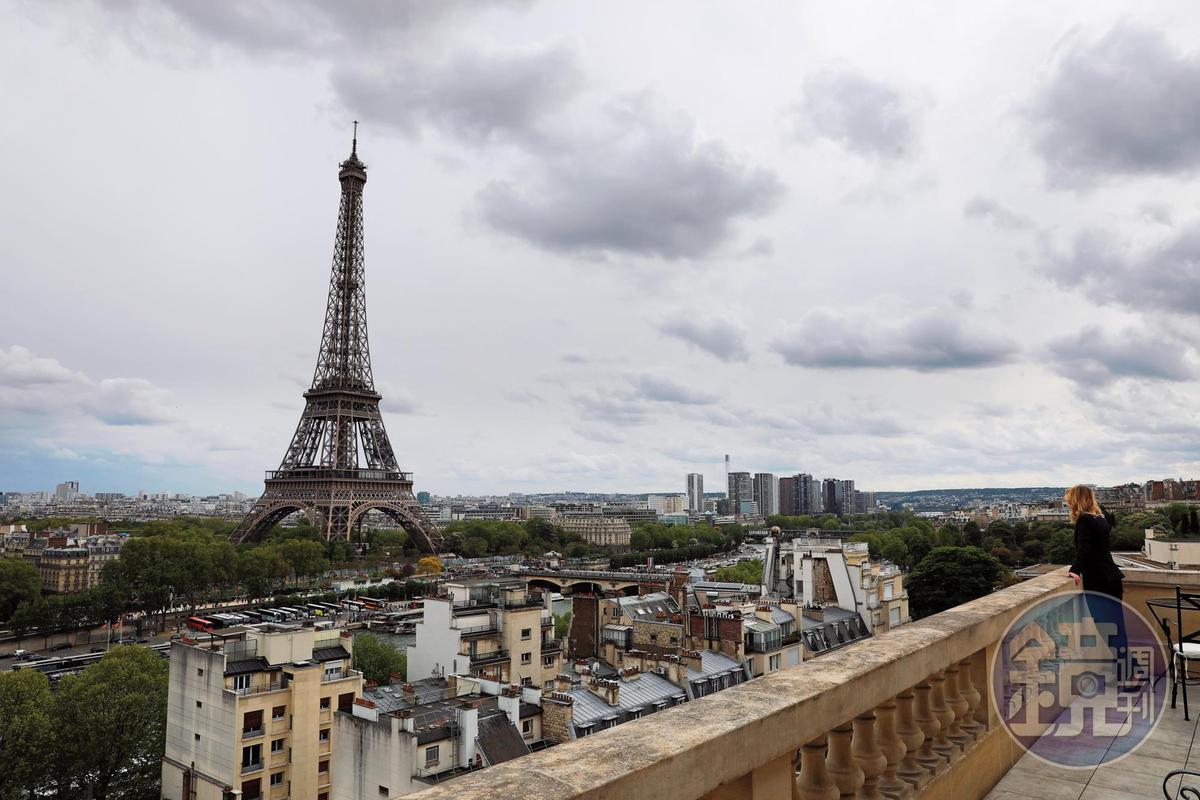 巴黎香格里拉與艾菲爾鐵塔距離很近,中間與塞納河相隔。