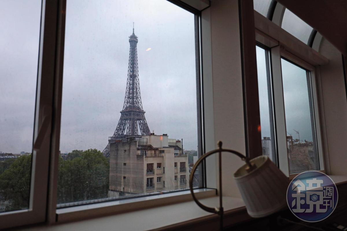 客房窗外的鐵塔隨天候而展現不同面貌。