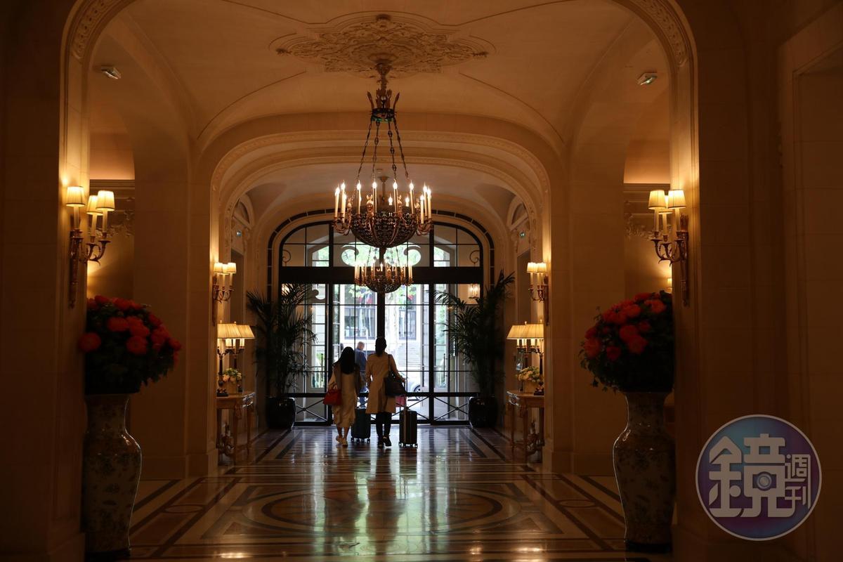 金色系的入口門廊,有著貴族世家的低調大器。