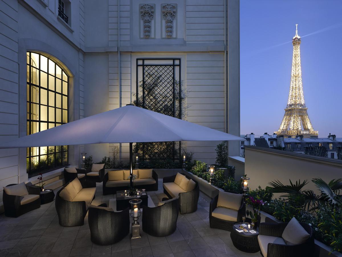 今年5到10月,巴黎香格里拉會在看得到鐵塔的露台上開設5場午宴。(巴黎香格里拉提供)