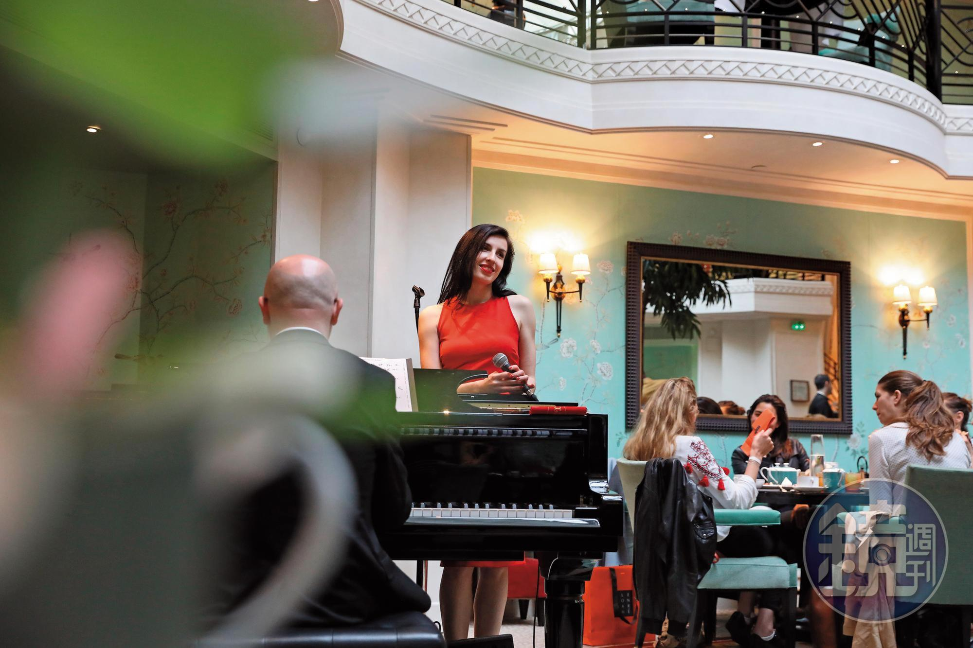 一邊品嘗美味甜點,一邊聆聽駐唱歌手Marie Navarro的美聲,確實享受。