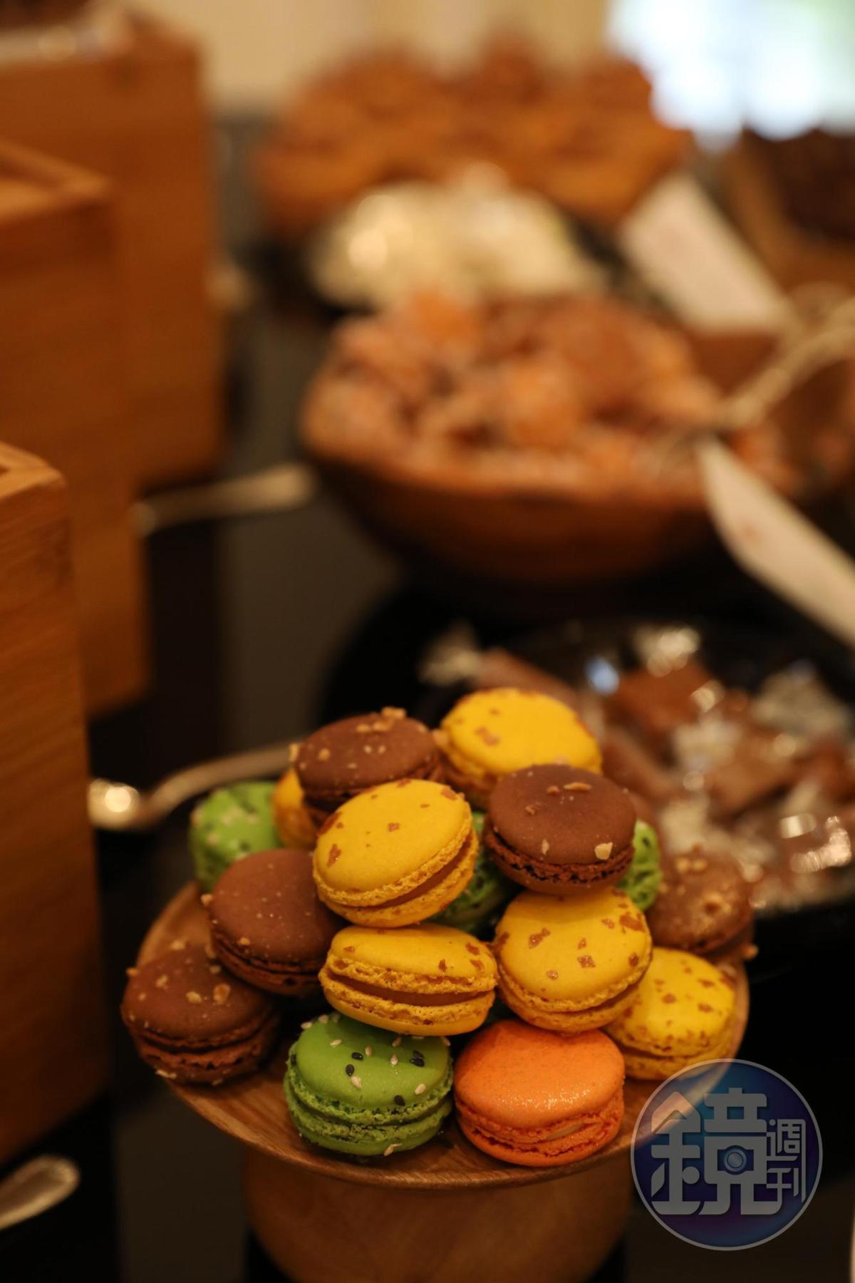 下午茶供應五顏六色的馬卡龍,誘人食指大動。