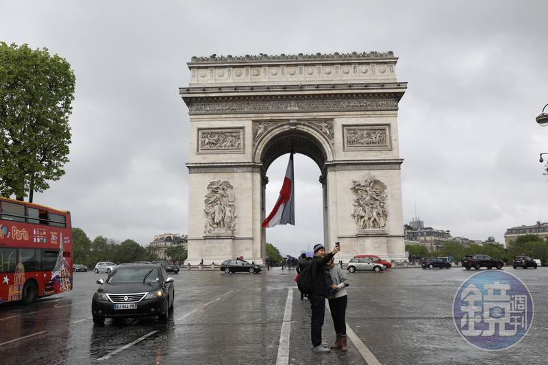 戀人來到巴黎,一定要在凱旋門拍照。