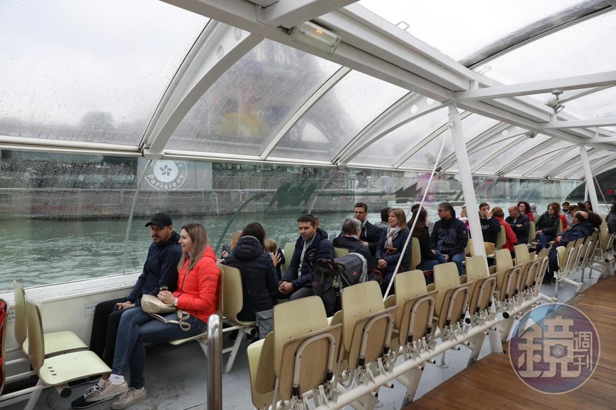 全透明的塞納河水上巴士,是最好的觀景窗。