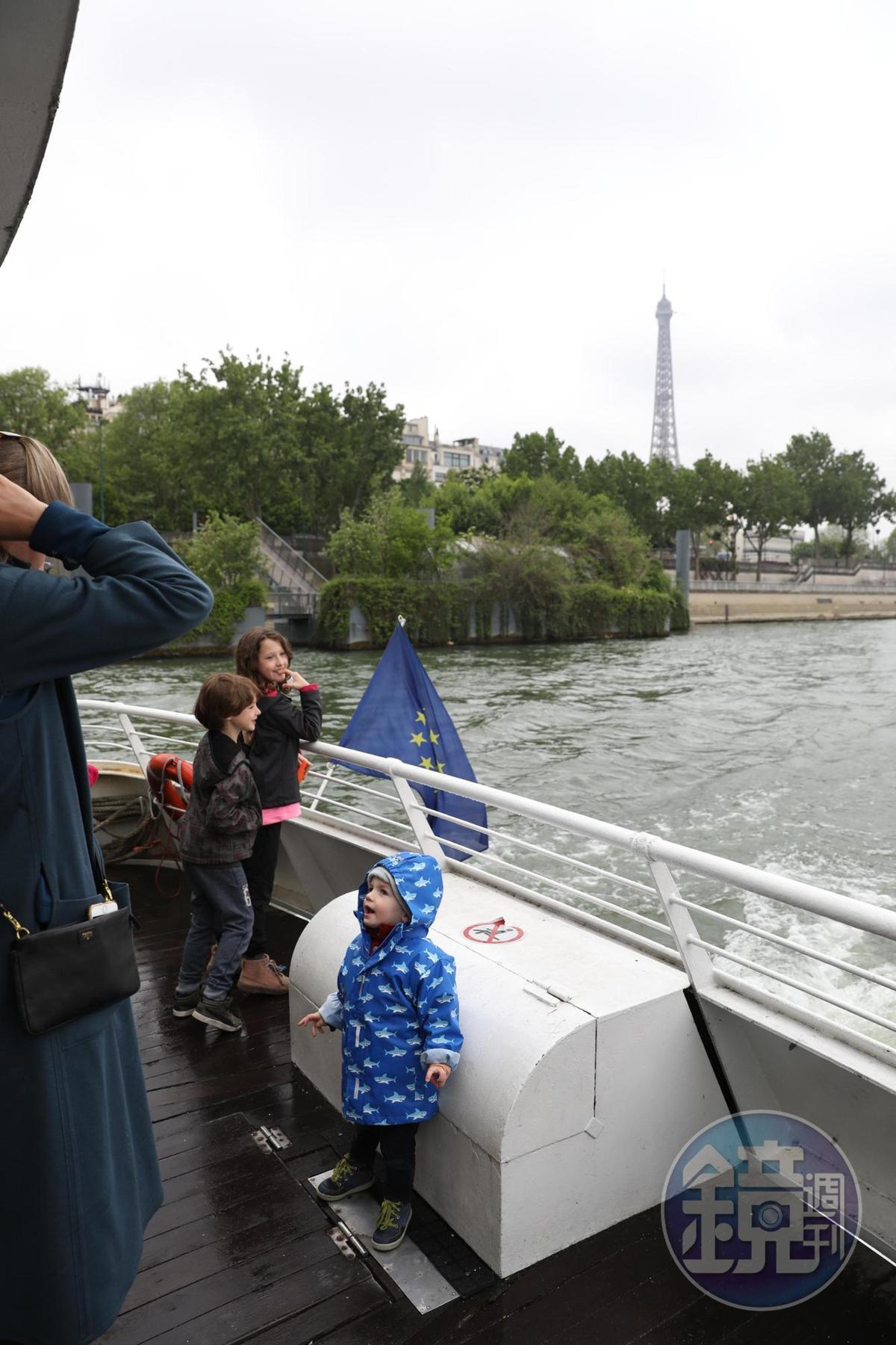 孩子們開心地在船尾看塞納河兩岸風光。