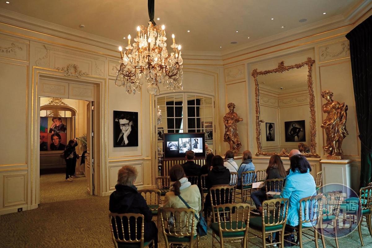 進入「Musee Yves Saint Laurent Paris」之前,先看大師的生平紀錄片。