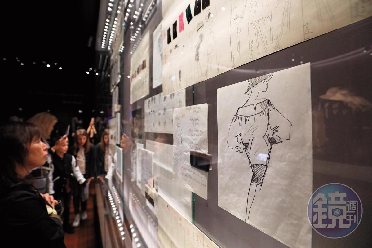 參觀者仔細觀看大師手稿。