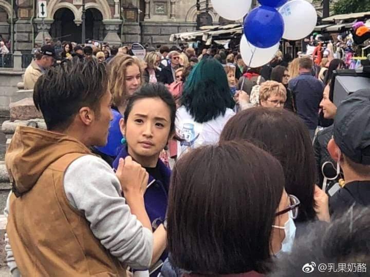 謝霆鋒個人節目《鋒味》最近飛到俄羅斯出外景,這次找來林依晨當嘉賓,在街頭拍攝時引來不少粉絲瘋狂。