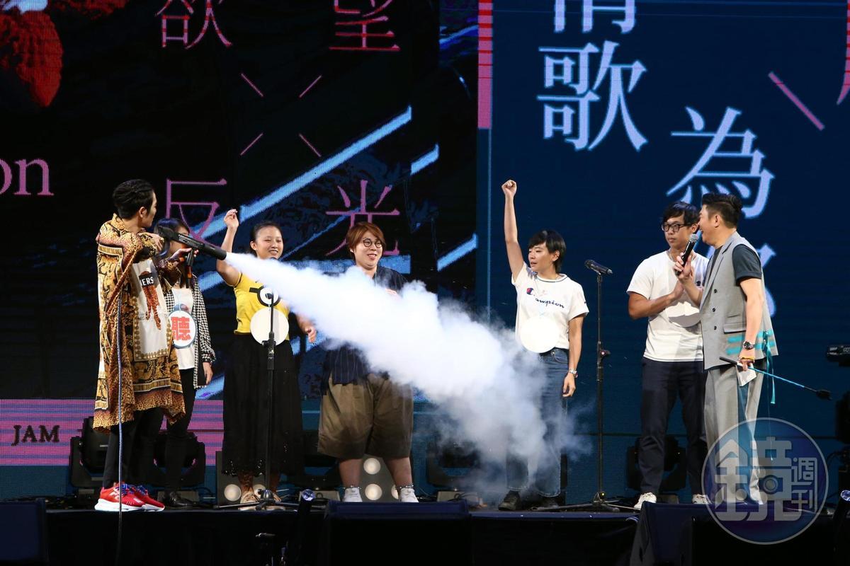「老蕭」蕭敬騰近來忙著宣傳新專輯《欲望反光》,日前傳出突然暈倒,讓粉絲相當擔心。