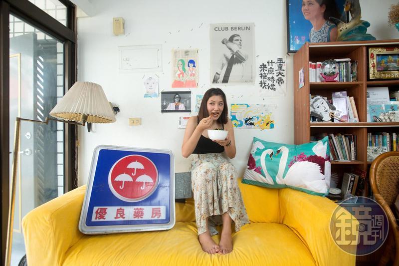 藝術家倪瑞宏的客廳充滿有趣的「垃圾」,這個燈箱是前男友從廢墟撿來送她的。