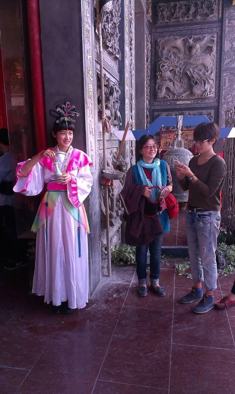 倪瑞宏(仙女裝扮)參加仙女比賽,得獎後還要到廟對香客灑水。(倪瑞宏提供)