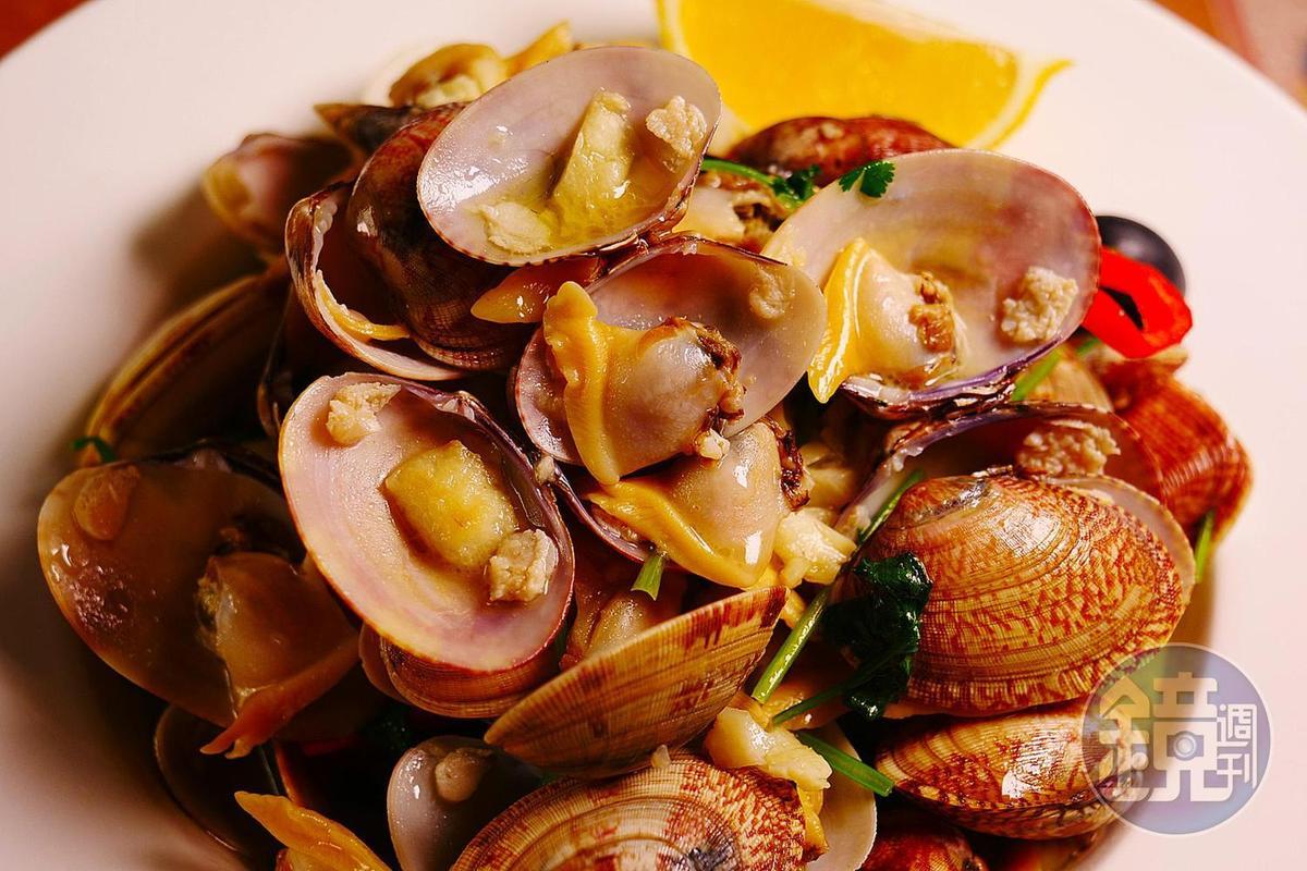 以天然香料烹煮的「葡式炒蜆」,吃的是原汁原味。(澳門幣108元/份,約NT$400)