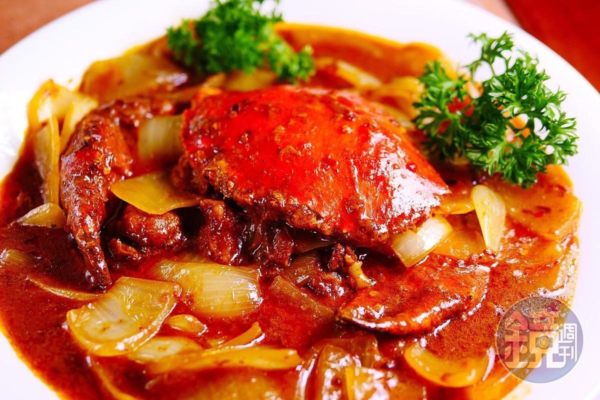 「福龍祕製咖哩蟹」使用600公克肉蟹,分量十足。(時價,澳門幣380元/份,約NT$1,406)