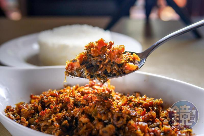 免治(Minchi)是源自英文Mince(剁碎)的諧音,「雅麗娜葡式茶餐廳」這道招牌的「梅菜免治」,香氣與辣味十足。(澳門幣68元/份,約NT$252)