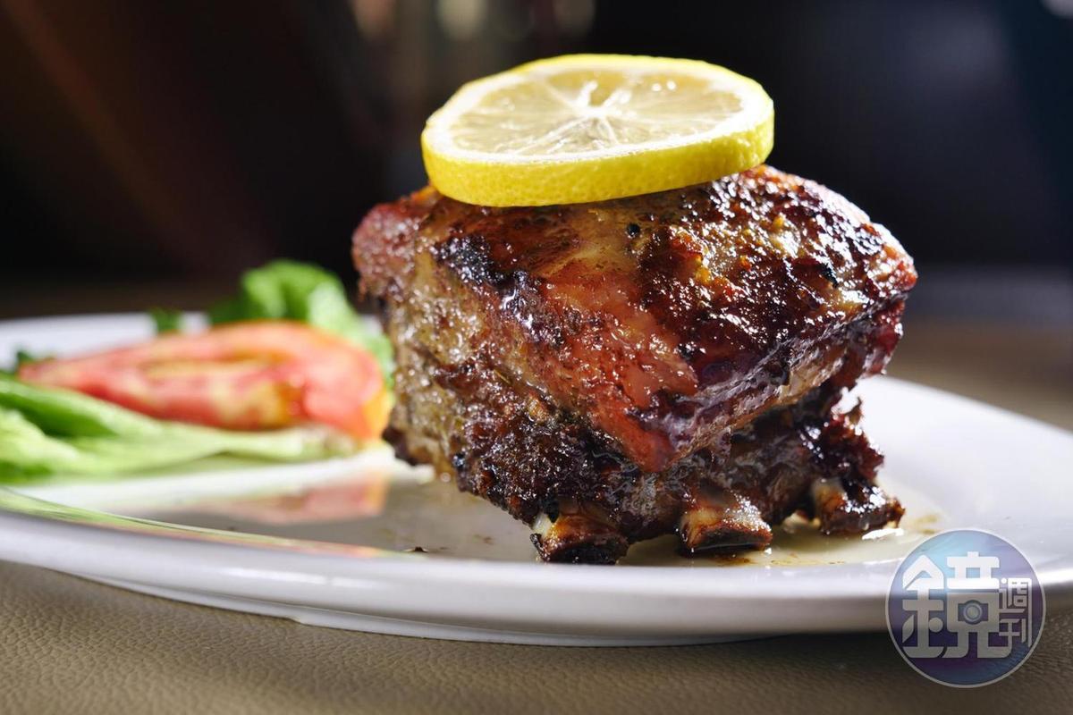 「招牌葡式焗烤排骨」使用許多葡國香料提味。(澳門幣148元/份,約NT$548)