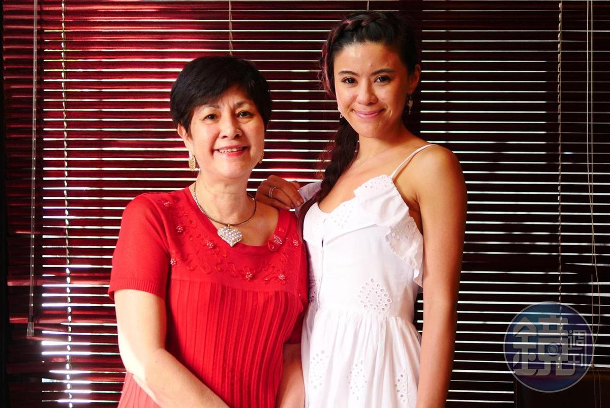 Ana(左)與大女兒Bella(右)。