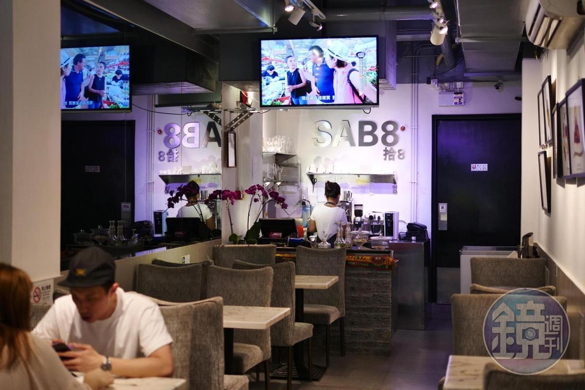 「Cafe SAB 8 拾8咖啡」的用餐空間很輕鬆,吸引不少年輕人嘗鮮。