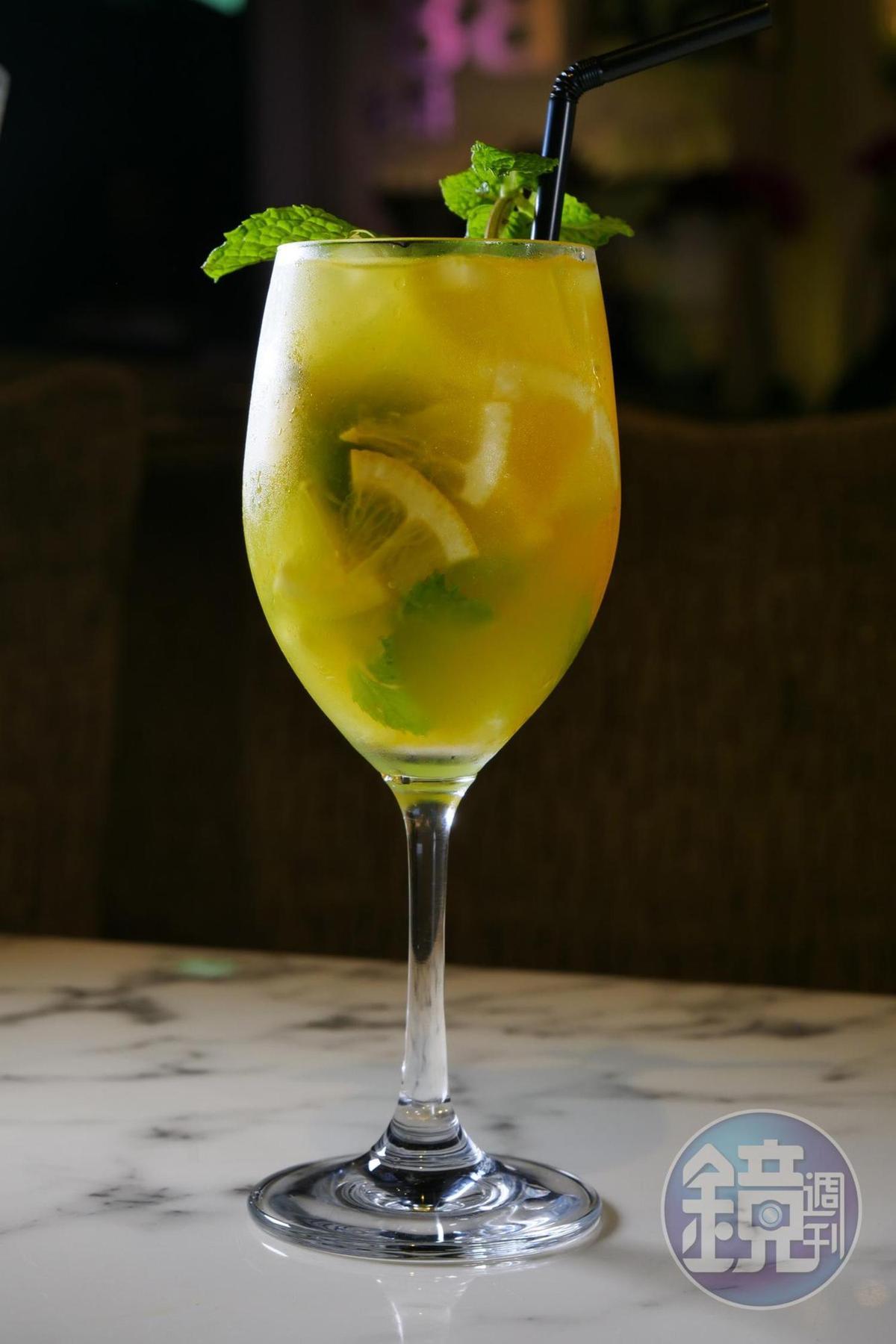 口感清爽宜人的「白酒Sangria」,特別適合炎炎夏日。(澳門幣58元/杯,約NT$215)