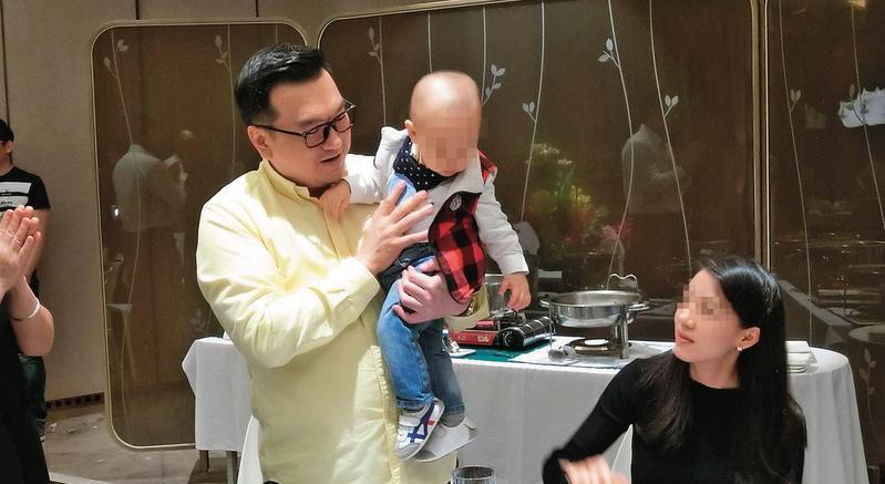 楊丞鈞婚外喜獲麟兒,相當興奮,但外遇生子卻傷了妻子與女兒的心。(讀者提供)