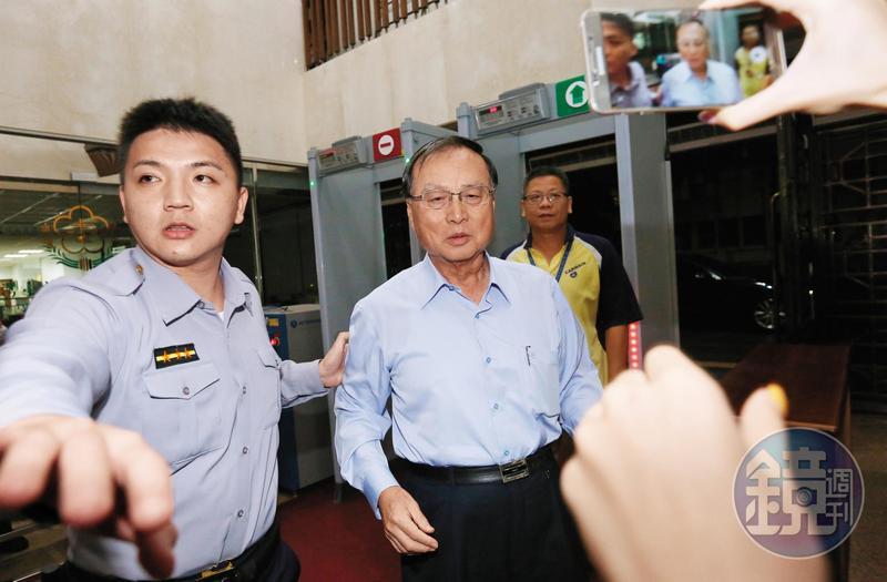 前中投董事長張哲琛在三中交易時,曾赴美休假,卻引起余建新不滿,馬英九急得電召張返台。