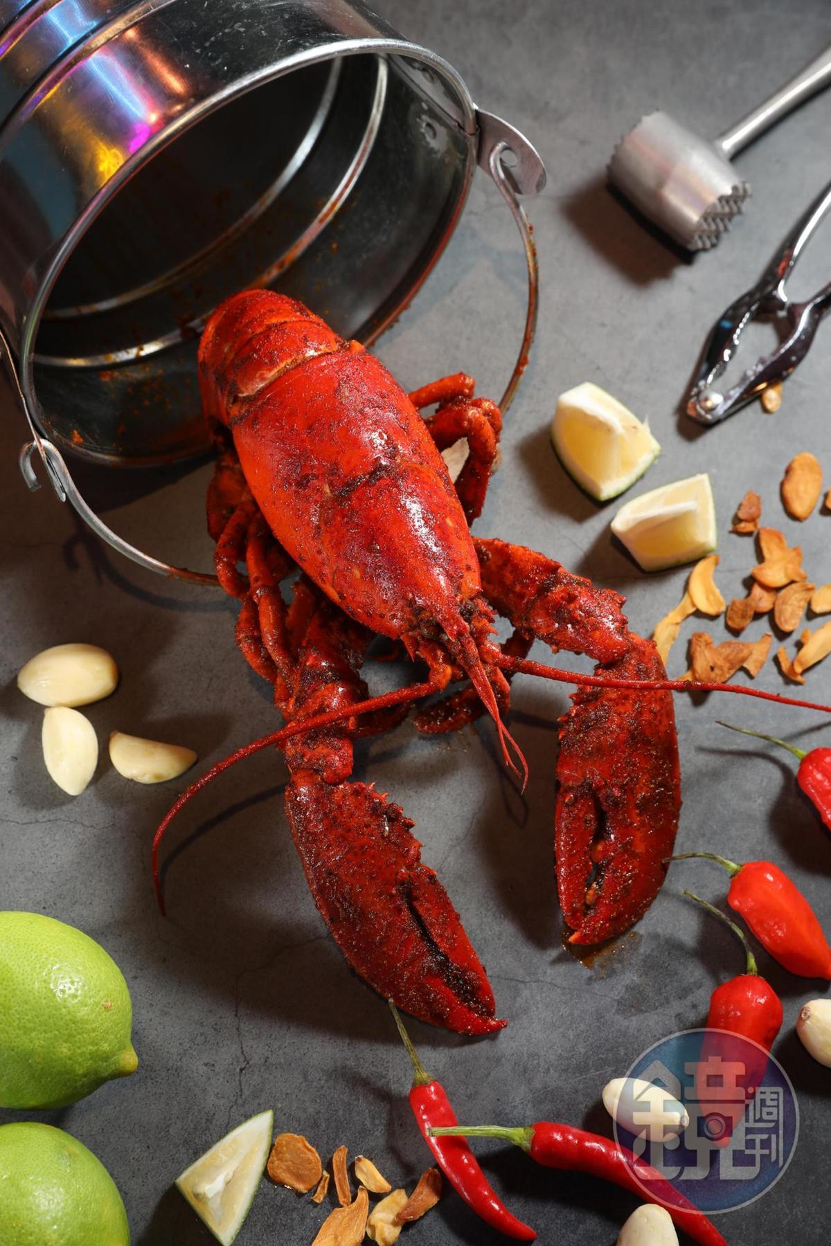 每桶海鮮只能選定一種醬料,另外單點「波士頓龍蝦」等海鮮,就可嚐到不同口味。(時價,圖中約950元/隻)