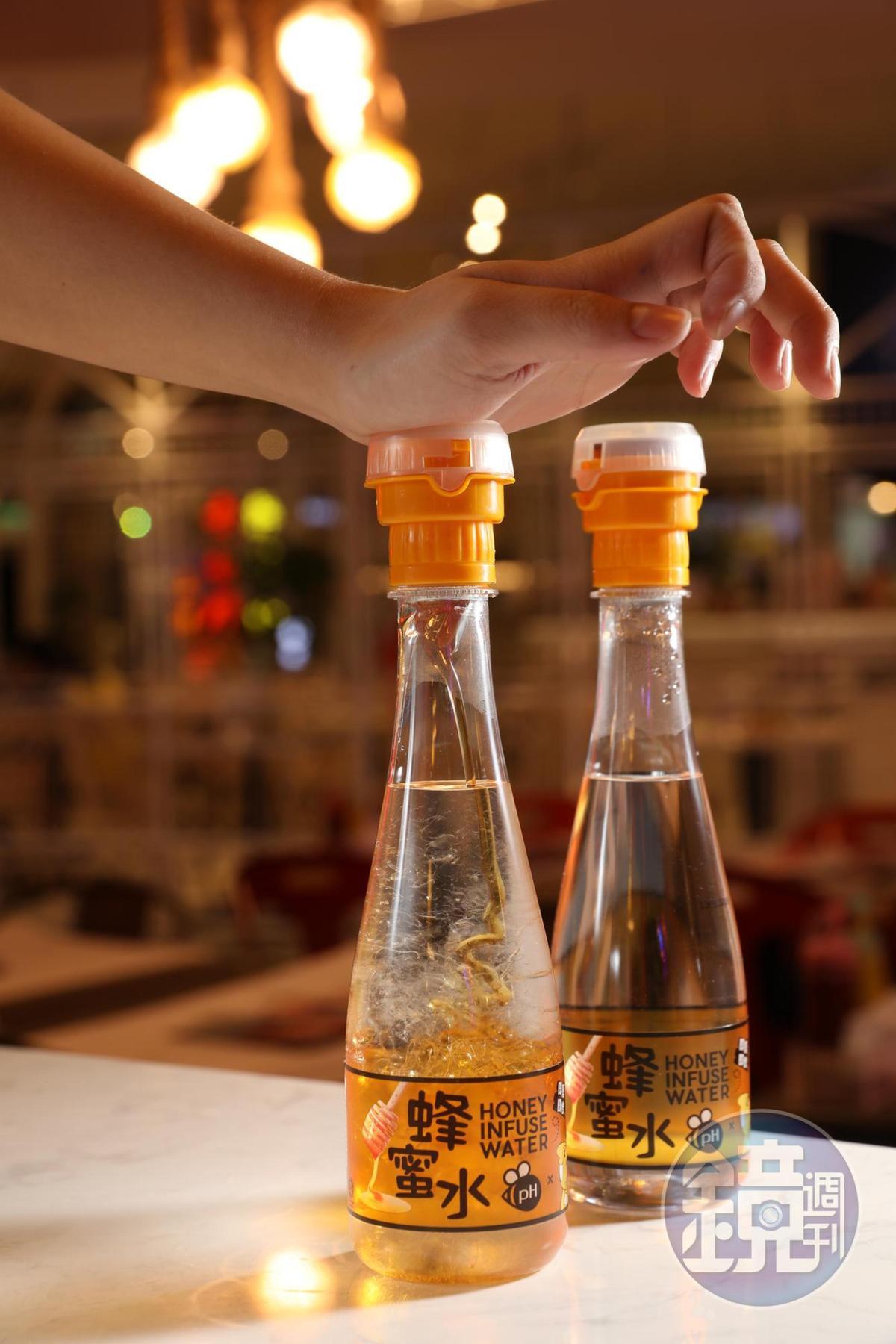 餐點講究自己動手,飲料也要DIY,用力按壓「TKK蜂蜜水」的瓶蓋,蜂蜜就會噴進水瓶裡。(45元/瓶)