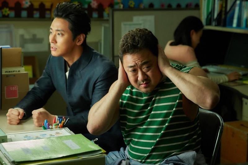朱智勛(左)與馬東石在《與神同行:最終審判》中有精釆的對手戲,但實際拍攝時卻趣味橫生。(采昌國際多媒體提供)