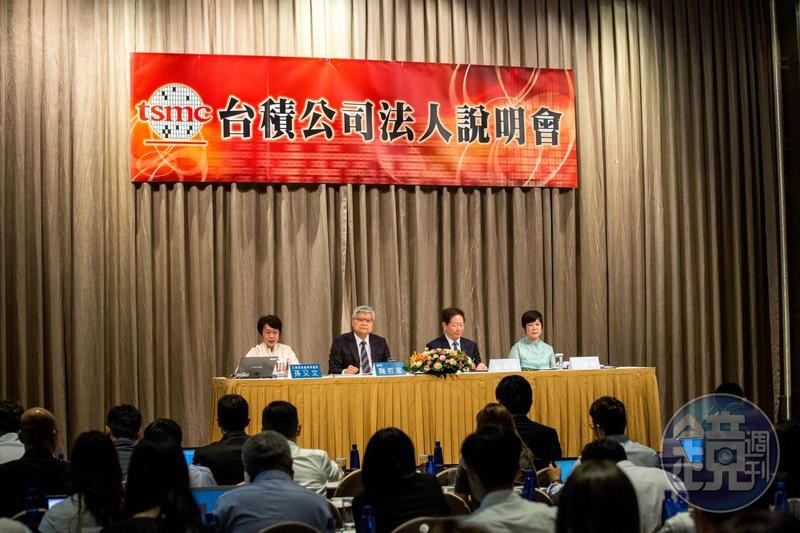 台積電財務長何麗梅(右)表示,該公司不需要到中國上市掛牌。