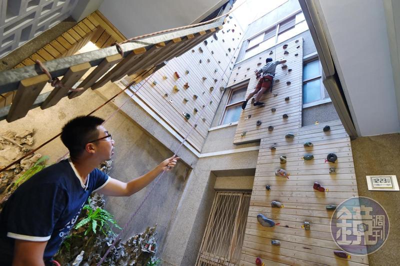 「包成家」的天井攀岩場獨樹一格,玩家爬上老宅,挑戰極限。