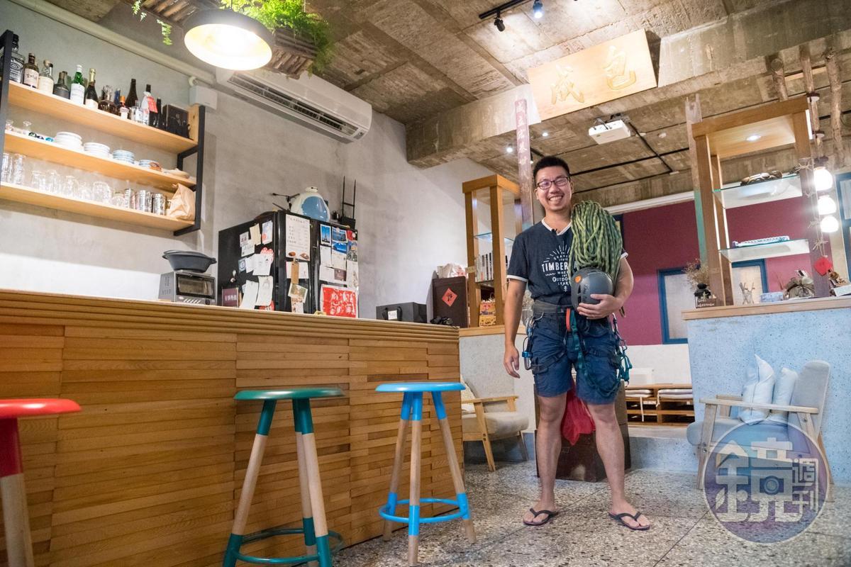 男主人吳威進將老家改造為岩場民宿,大廳的包成木匾有著油漆世家的故事。