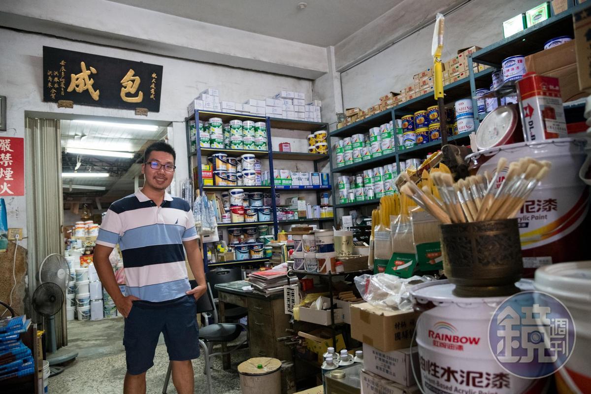 吳威進說,包成油漆行的匾額是擔仔麵老店洪芋頭之子相贈。