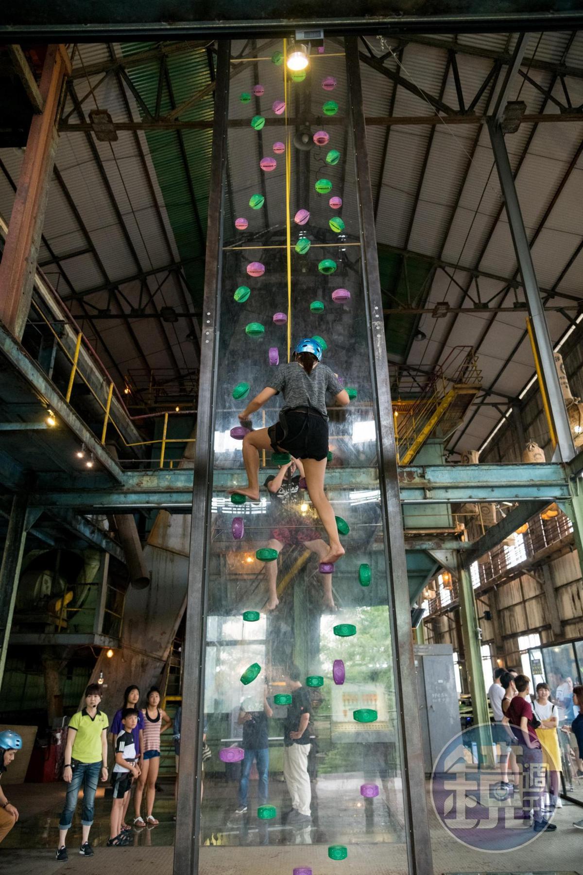 「透明攀岩競技場」具有國際攀岩總會認證,雖然攀爬路線有限,卻是看頭十足。